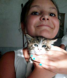 Pisicuţa dispărută, în braţele nepoatei