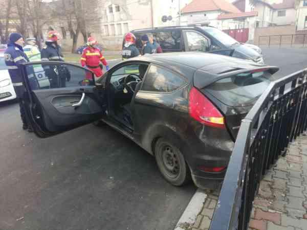 O tânără ucraineancă a produs un accident într-un sens din Bistrița! Două persoane au ajuns la spital