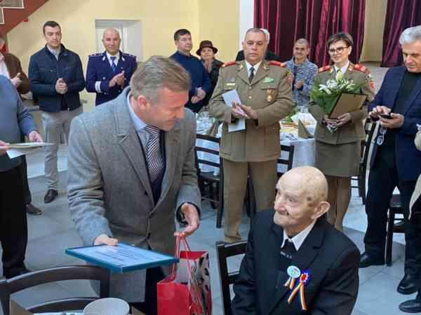 Veteran de război, sărbătorit la împlinirea vârstei de 100 de ani (FOTO)