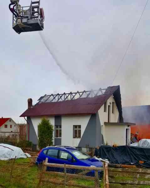 FOTO: Incendiu în Domnești! Acoperișul și mansarda unei case, afectate de flăcări