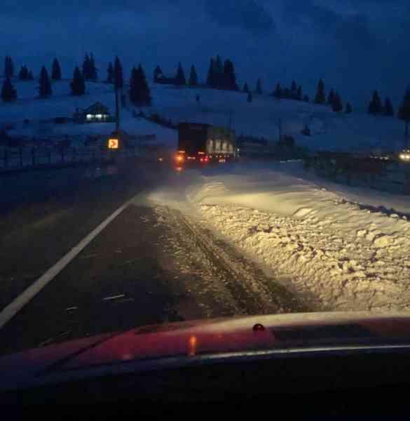 ATENȚIE! Zăpadă viscolită pe DN 17, în pasul Tihuța. Se circulă în condiții de iarnă (VIDEO)