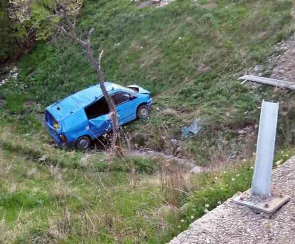 FOTO: A zburat cu mașina într-o râpă adâncă de 7 m și a vrut să ascundă accidentul! Acum are dosar penal