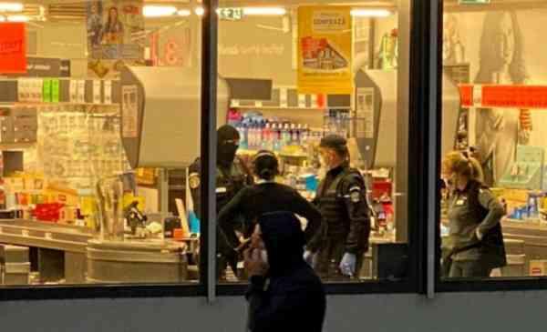 Bataie între clanuri de romi în parcarea unui supermarket. Au scos bâte și săbii