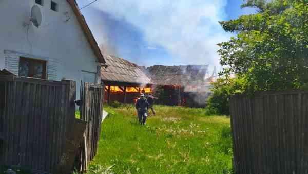FOTO: Incendiu puternic în Budacu de Jos! Trei anexe, făcute scrum