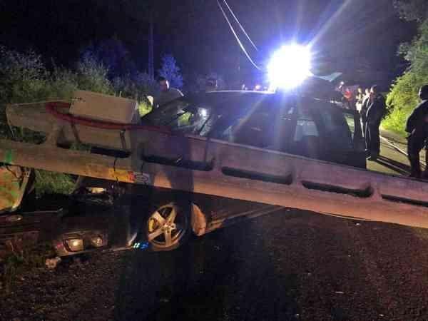 UPDATE 2: Autoturism cu 5 persoane, izbit de un stâlp, în Leșu! Una a decedat