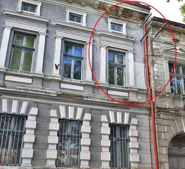 FOTO: Atențieee, cadee! Tencuiala de pe fostul sediul al Jandarmeriei de pe Independenței nr 7, praf și pulbere!