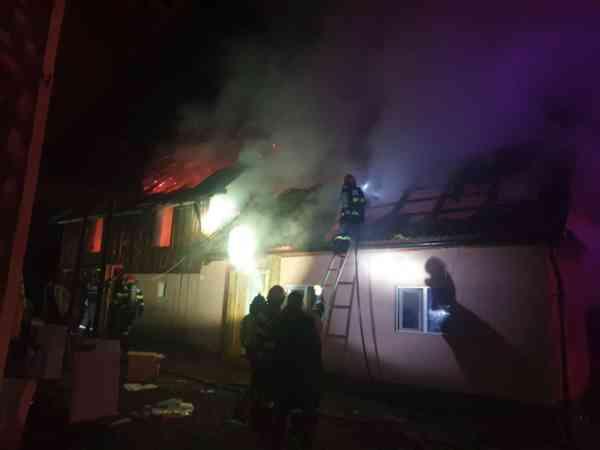 FOTO/VIDEO: Casă din Feldru, afectată puternic de un incendiu