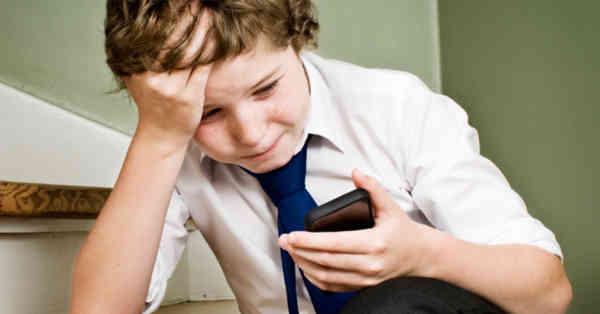 Bullying-ul din școli a trecut în online. La ce pericole sunt supuși elevii