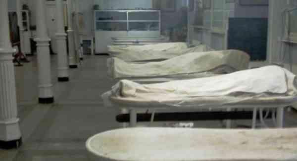 Decedații de Covid-19 sunt ținuți în containere, în curțile spitalelor. La morgă nu mai sunt locuri